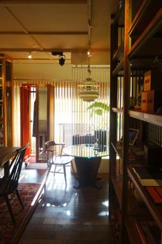 norsk | のるすく 木の家具と絨毯のショールーム。